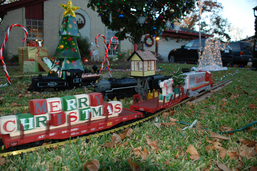28 best outdoor christmas trains outdoor christmas for Outdoor christmas train decoration